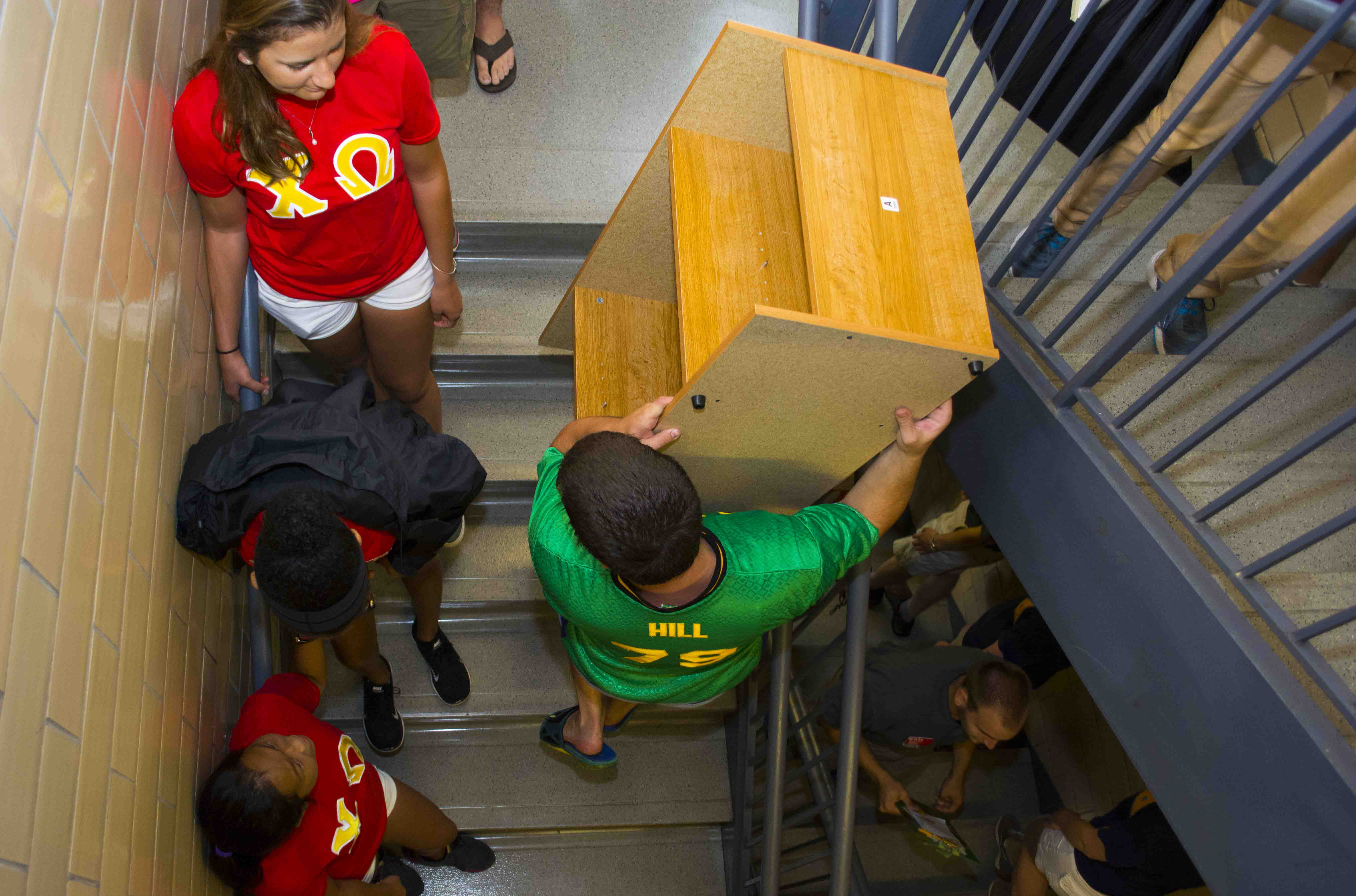 Students helping carry belongings on Freshman Move in Day